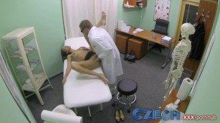 lékař bude léčit tuto ženu trochu jinak